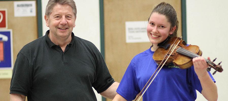 Eine Geigenspielerin und Boxerin
